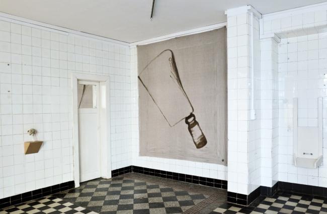 """Sandra Hauser """"Beil"""" 2018, oil on canvas, 238 x 208 cm / """"Mein Schwein"""" 2018, unfired clay, varnish, glass, 21 x 10 x 17 cm"""