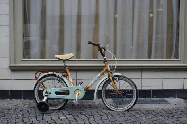"Sandra Hauser ""Weltumsegler"" 2014, child's bike, 70 x 100 x 50 cm, ""Hauser & Bürgel spielen Lockdown"", Galerie Sandra Bürgel, Berlin Nov 2020"