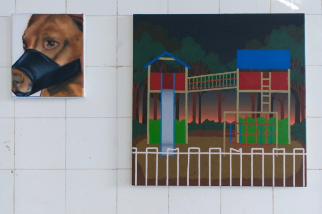 "Robin Rapp ""Hund No 11"" 2020 oil on canvas 24,5 x 21 cm / Christopher Krause ""spät spielen gehen"" 2021 oil on canvas 49,5 x 50 cm. Passive Aggressive, Galerie Sandra Bürgel, Berlin 2021"