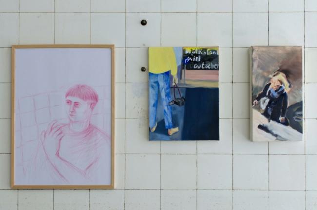 "Janine Muckermann ""Interplaying agency"" 2021 colored pencil on paper / Lili Heilen o.T. 2021 oil on canvas / Lenkt Strauss ""Frau auf der Straße"" 2021 oil on canvas. Passive Aggressive, Galerie Sandra Bürgel, Berlin 2021"