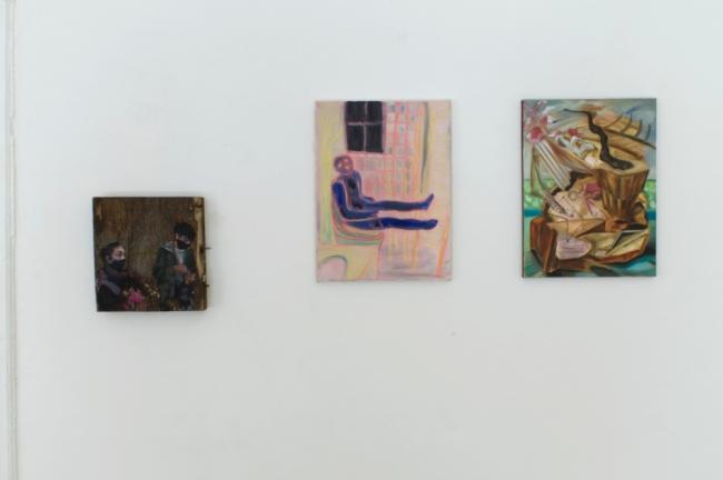 "Ahmad Hamidi o.T. 2021 wood, paint, metal / Jung A. Lee ""Fragile Identitäten II"" oil on canvas / Ioana Pirela ""Innesto No 2"" 2020 oil, coal, wood stain on canvas. Passive Aggressive, Galerie Sandra Bürgel, Berlin 2021"