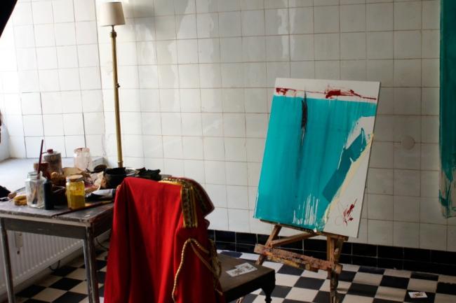 """Doris"", Galerie Sandra Bürgel (Klaus Winichner, o.T., 2021, Pigment (Cobalttürkis)), Mohnöl, Klebeband auf Platte 74,7 x 59,7 cm)"