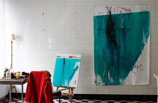Klaus Winichner, o.T., 2021, Pigment (Cobalttürkis)), Mohnöl, Klebeband auf Platte 74,7 x 59,7 cm / o.T., 2021, Pigment (Cobalttürkis)), Mohnöl, Gouache, Tusche auf Leinwand 190 x 132 cm